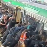 Pendolari spingono treno