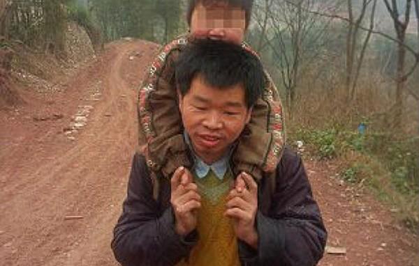 padre porta figlio a scuola