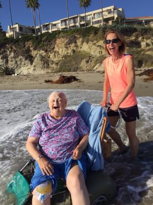 Nonnina si bagna nell'Oceano Pacifico- fonte foto Reddit.com