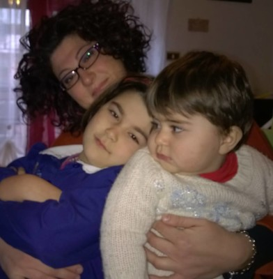 Alessandra e le sue bimbe. Fonte: A.F.